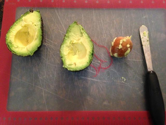 Utilizando la misma herramienta de cocina impresionante (pelador aguacate) saltará la semilla / fosa. Si es's that easy.