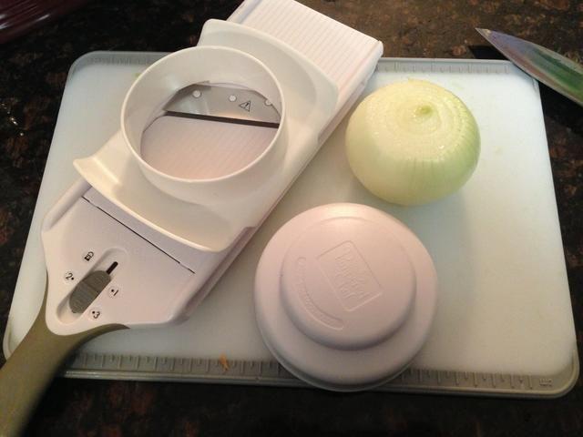 Es hora de cortar 1 cebolla grande. Usando The Pampered Chef Slicer simple, cebolla rebanada en el # 3 ajuste.