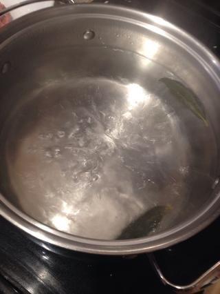 Una vez que el agua esté hirviendo, añadir con cuidado todas las pelmini. Usted tendrá que remover con cuidado y dejar que el agua vuelva a hervir antes de iniciar el temporizador, pero sólo necesita 5 minutos para hervir.