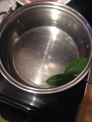 Comience por conseguir un poco de agua hirviendo. Añadir una generosa cantidad de sal y un poco de hojas de laurel a su agua.