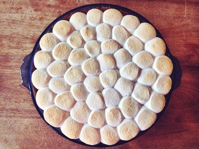 Bajo la rejilla del horno a la posición central y establezca el horno a la configuración de asado más bajo. Coloque el pastel en el estante y ligeramente tostadas la parte superior. También puede usar un soplete de cocina para brindar por los malvaviscos en su lugar.