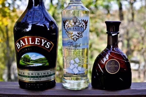Combine el vodka, Baileys, Godiva y crema en una coctelera (o botella de agua con tapa) con hielo y agitar durante 15 segundos.