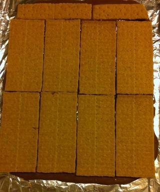 Después de su capa de galleta se ha establecido, se vierte el chocolate restante sobre la capa y extender uniformemente con una espátula.