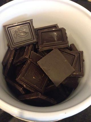 Derretir el chocolate o los estribos en una caldera doble.