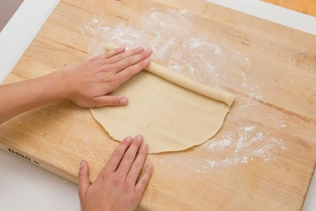 Precaliente el horno a 375 grados. Desenrolle la masa para pastel sobre una superficie ligeramente enharinada. Usamos una corteza de pastel pre-hechos.