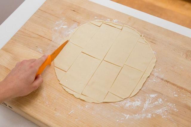 Cortar la corteza de pastel en rectángulos.
