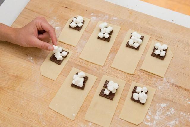 Luego, coloque un par de mini malvaviscos en cada rectángulo.
