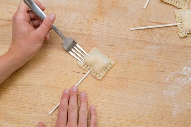 Crimp bordes de la corteza con el tenedor.