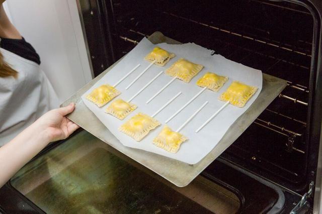 Coloque pops de tarta en una bandeja para hornear y hornear durante 14-17 minutos.
