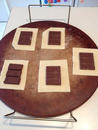 Coloque las costras y chocolate en la bandeja para hornear.
