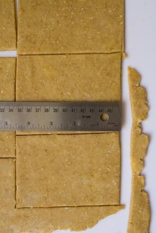 Precaliente el horno a 375 y la línea de una bandeja para hornear con pergamino. Enrolle el primer rectángulo en un 12