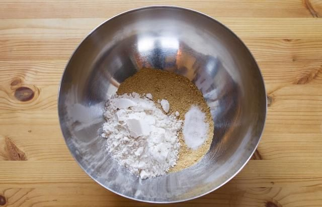 Batir y combinar las migas de galletas graham, la harina y la sal en un tazón grande.