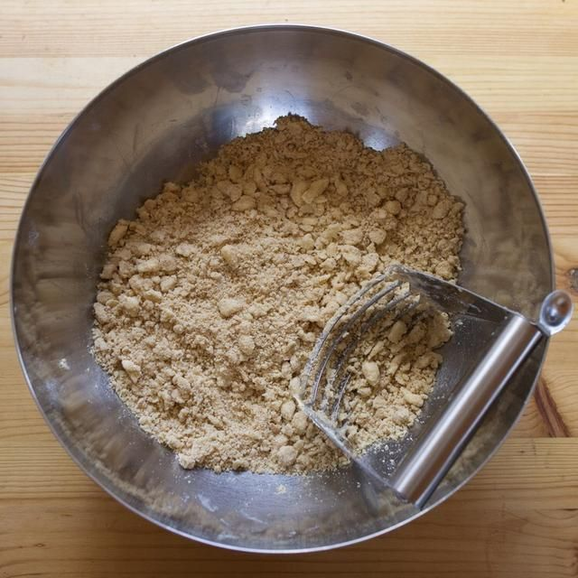 Usando una batidora pastosa, corte en la mantequilla hasta que se reduzca a pedazos tamaño de un guisante. También puede usar las manos.