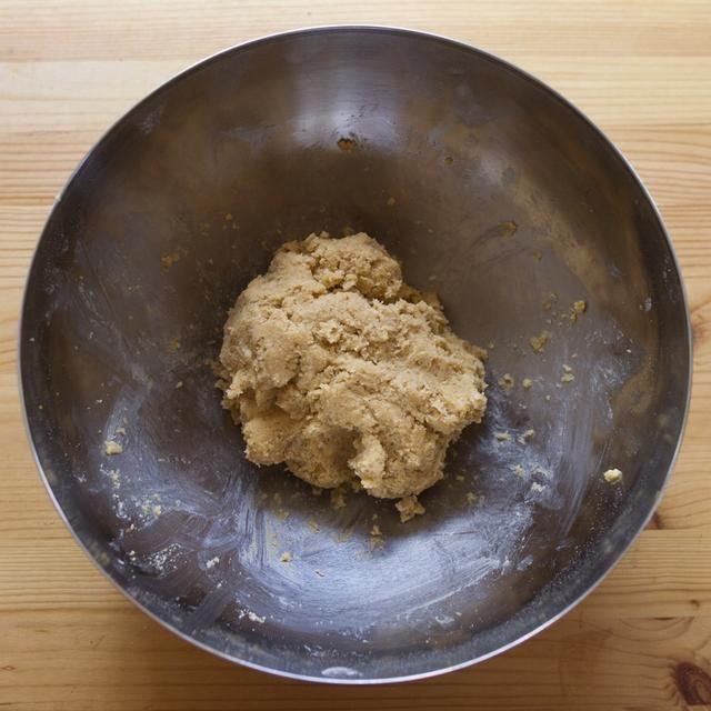 Combine la mezcla de huevo y mezcla de harina con las manos hasta formar una masa pegajosa.