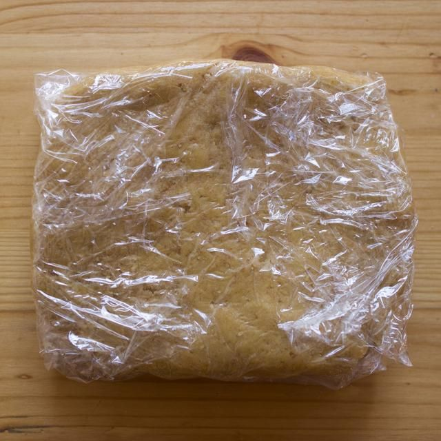 Cubra con papel plástico y refrigere por 1 1/2 horas.