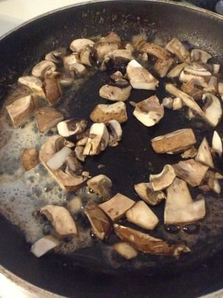Picar las setas (I'm using crimini mushrooms) and add to the butter- sage mixture.