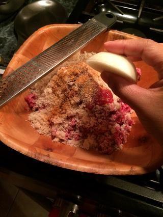 Y acerca de esta gran parte de la cebolla. Ello's a little bit less than half of a onion. I will grate the onion into my beef mixture