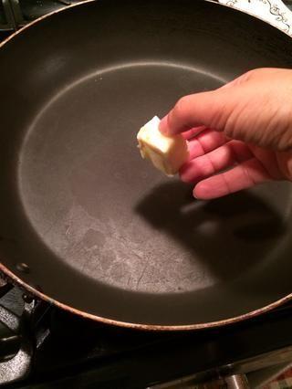 Obtener una sartén y ponla a fuego medio alto. Añadir una cucharada de mantequilla