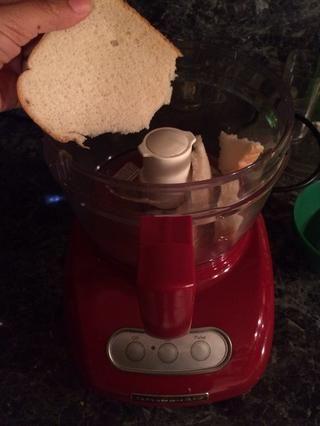 Lo primero que voy a hacer es hacer migas de pan caseros. Para ello voy a utilizar mi procesador de alimentos. Voy a procesar hasta que tenga la consistencia de migas de pan ??????
