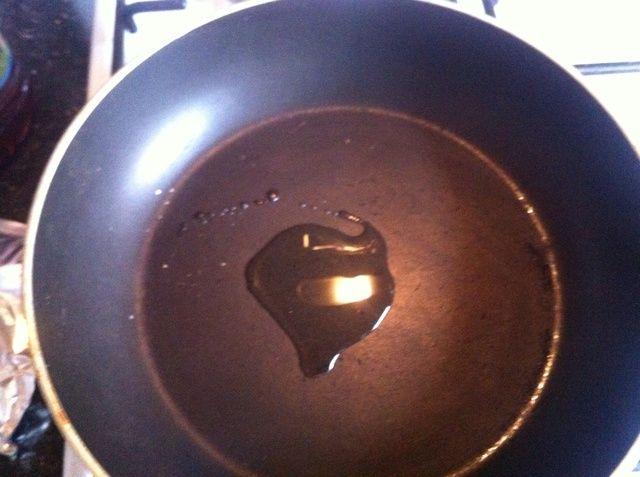 Encienda el gas a un fuego medio y poner el aceite en la sartén. (Yo uso el aceite de oliva).