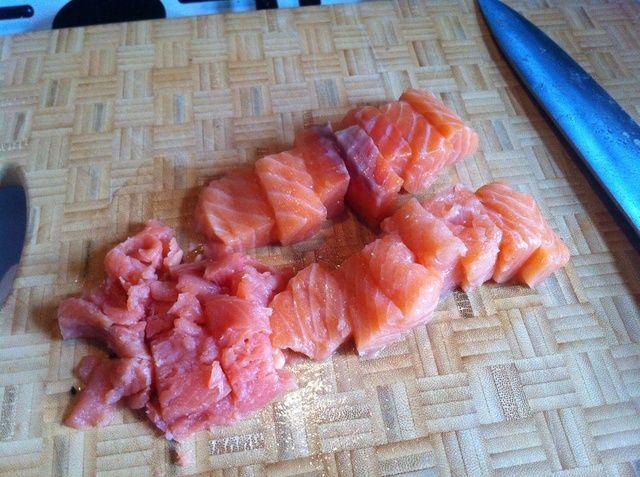 Comience por cortar el salmón en trozos