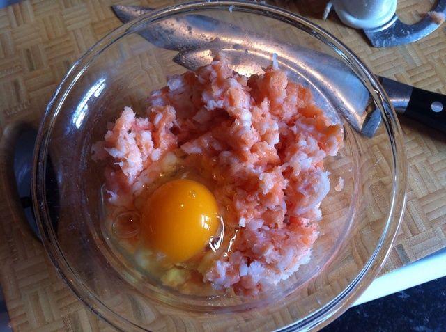 Saque el contenido de la batidora en un bol y romper un huevo en la mezcla.