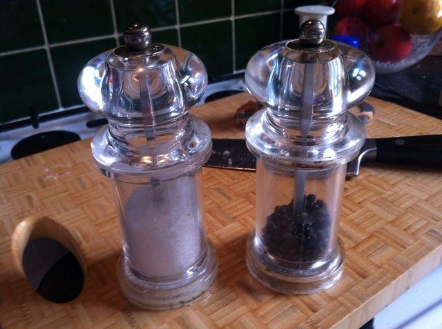 Añadir sal y pimienta para sazonar.