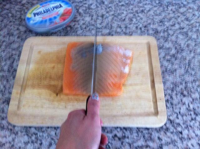 Cortar el salmón en la mitad.