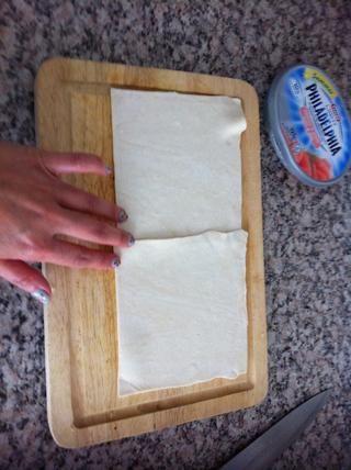 Tomar 2 pasteles de hojaldre, se puso al lado del otro y pegarlas juntos, como this.