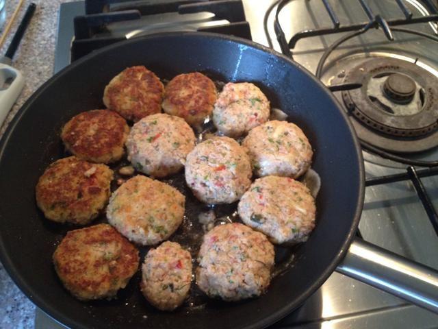 Forma las croquetas de pescado con las manos mojadas, freír en aceite y mantequilla 5 minutos por cada lado.