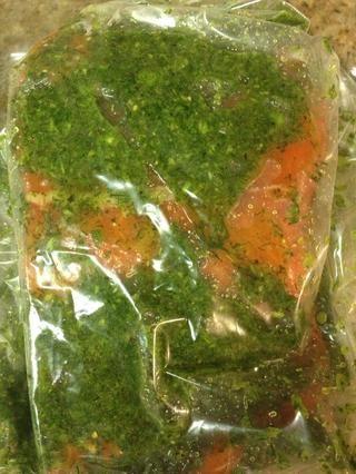 Coloque el pescado en una bolsa y la capa de mezcla curado