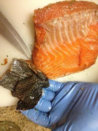 Piel de salmón es el tocino del mundo de los peces! Convite Bono: limpiarlo séquelo rebanada delgada y freír en un medio