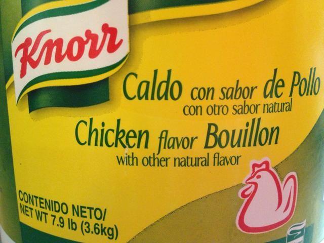 Agregue el caldo de pollo (se puede sustituir con sal, pero me gusta más con esto)