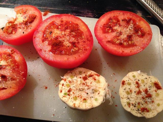 Añadir sal, pimienta y pimentón en polvo en la parte superior