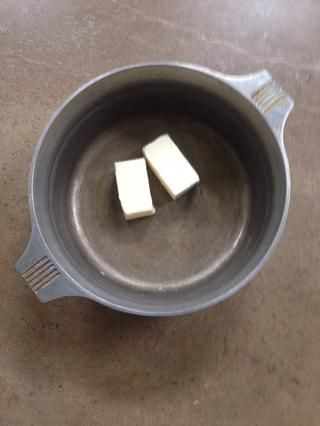 Coloque la mantequilla en una olla.