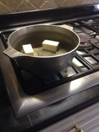 Derrita la mantequilla a fuego medio-bajo. Revolviendo con frecuencia.
