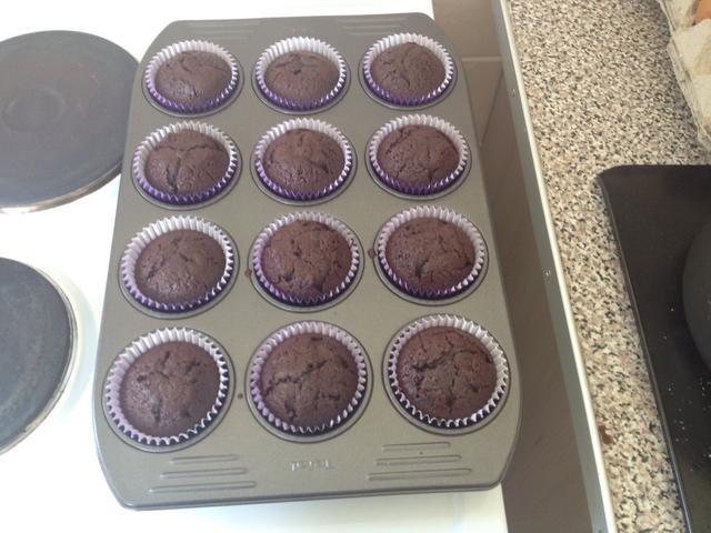 Una vez que los pasteles son fuera del horno dejarlos enfriar en la bandeja durante 10 minutos, transferirlos a una rejilla para enfriar después.