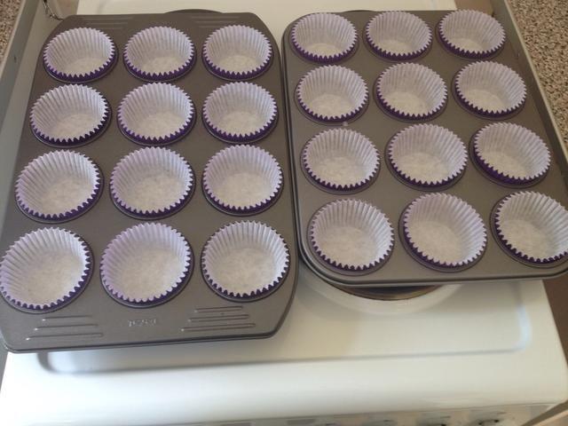 Cubra la bandeja con cajas de la magdalena. Esta receta será suficiente para 24 pastelitos.