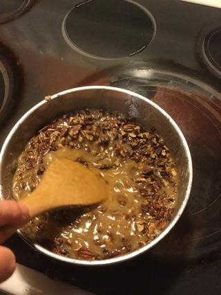 Añadir en las nueces tostadas y revuelo