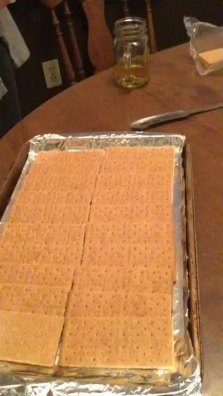 Verter el caramelo sobre las galletas graham y luego suavizar la vuelta con una cuchara