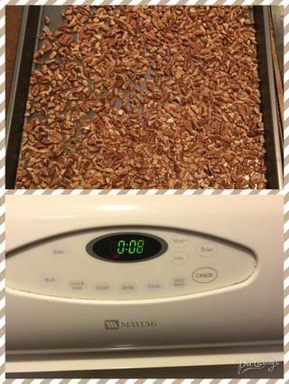 Separe las 2 tazas de nueces en la bandeja para hornear a continuación, poner en el horno durante 8 minutos