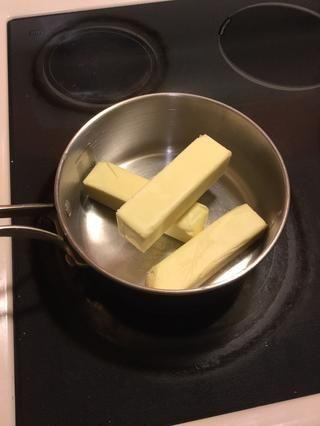 Añadir 2 y 1/2 tazas de mantequilla en una cacerola * el calor aún no está en *