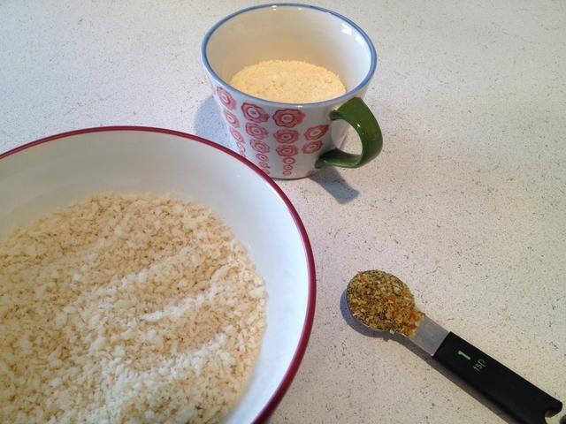 Combine el condimento, el queso parmesano, y el pan rallado en un tazón.