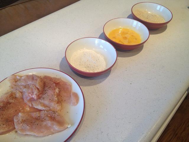 Batir los huevos y poner una taza de harina en un bol para el dragado.