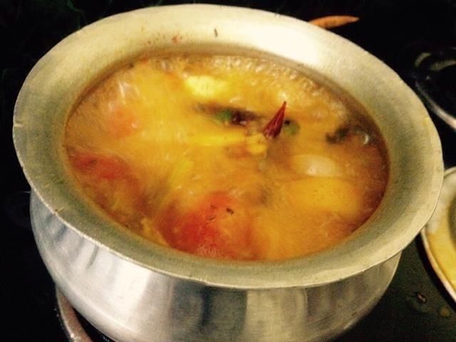 Ponga polvo de chile rojo mezclar y añadir un poco de agua deje hervir ..