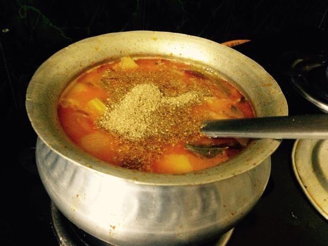 Llevar a hervir añadir la sal, si es necesario ... Finalmente poner un poco de cilantro en polvo y hojas de cilantro para adornar ..