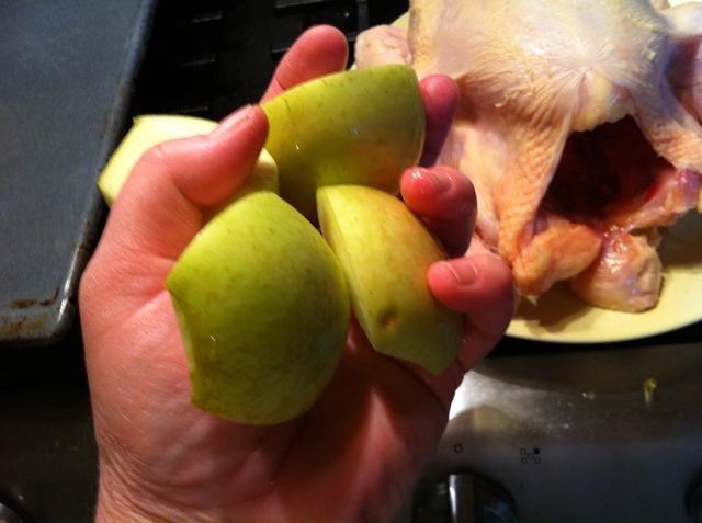 Agregue fruta cortada. Tuve una manzana. También puede utilizar la pera o la cebolla. Esto da a la humedad y el sabor añadido a la carne blanca.