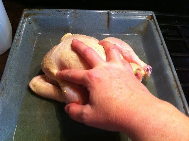 Coloque el pollo en aceite de conseguir en la piel.