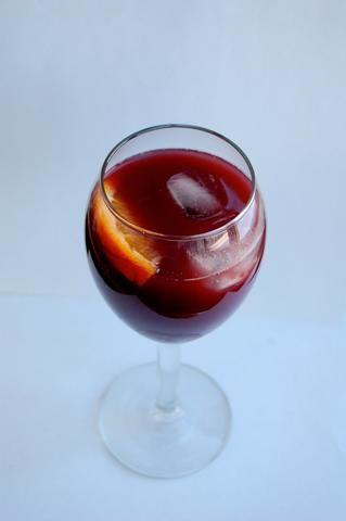 Voila ... Tiene una deliciosa copa de sangría listo para servir.