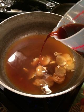 Está bien el caldo ha cocido a fuego lento un poco ahora vamos's continue on by adding the teriyaki sauce